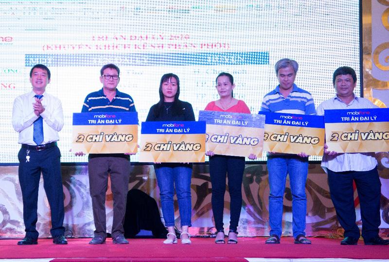 Giám đốc MobiFone Bến Tre Phạm Công Khanh  trao thưởng cho khách hàng