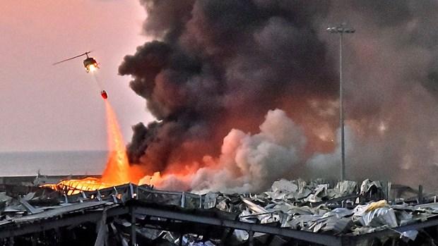 Lực lượng chức năng khắc phục hậu quả sau vụ nổ. (Ảnh: Sky News)