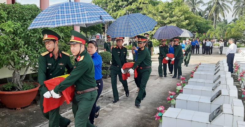 Cải táng hài cốt liệt sĩ tại Nghĩa trang huyện Châu Thành. Ảnh: Đặng Thạch