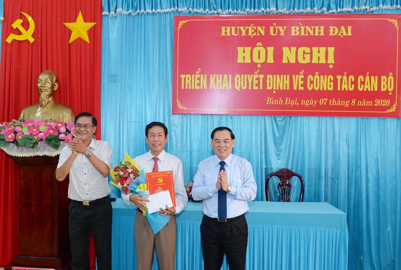 Trao quyết định nghỉ hưu cho đồng chí Lê Văn Răng.