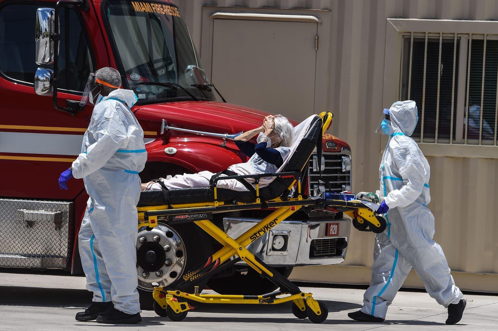 Nhân viên y tế chuyển bệnh nhân COVID-19 ở gần Miami, Mỹ ngày 30-7-2020. Ảnh: AFP/TTXVN