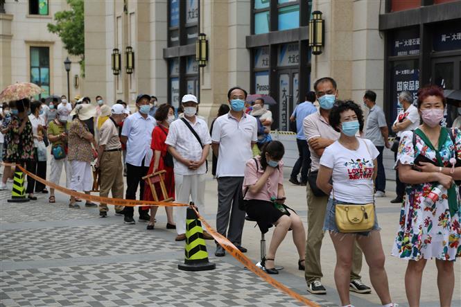 Người dân xếp hàng chờ xét nghiệm COVID-19 tại Đại Liên, tỉnh Liêu Ninh, Trung Quốc ngày 27-7-2020. Ảnh: AFP/TTXVN