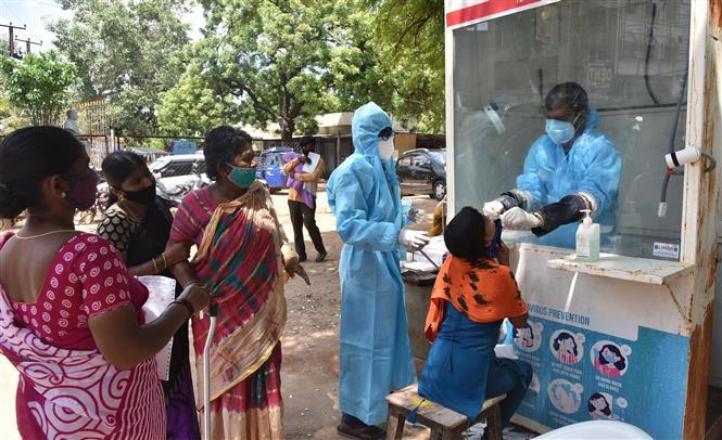 Nhân viên y tế lấy mẫu dịch xét nghiệm COVID-19 cho người dân tại Hyderabad, Ấn Độ, ngày 29-7-2020. Ảnh: THX/ TTXVN