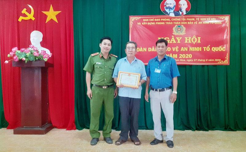 Tổ NDTQ 19A, ấp Hòa Trung được khen thưởng trong phong trào Toàn dân bảo vệ an ninh Tổ quốc.