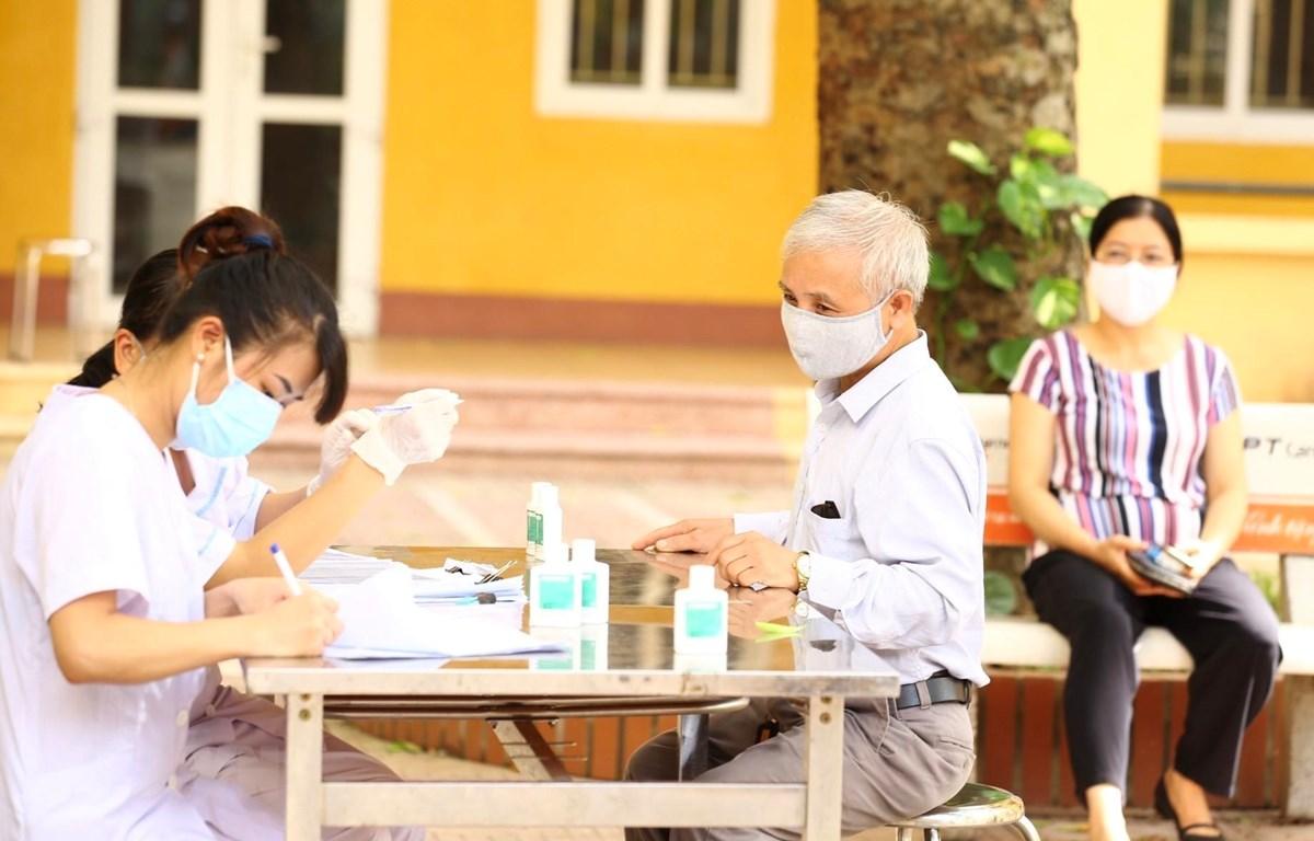 Người về từ Đà Nẵng đến đăng ký lấy mẫu dịch hầu họng để xét nghiệm bằng phương pháp RT-PCR tại Hà Nội . Ảnh: Minh Quyết/TTXVN