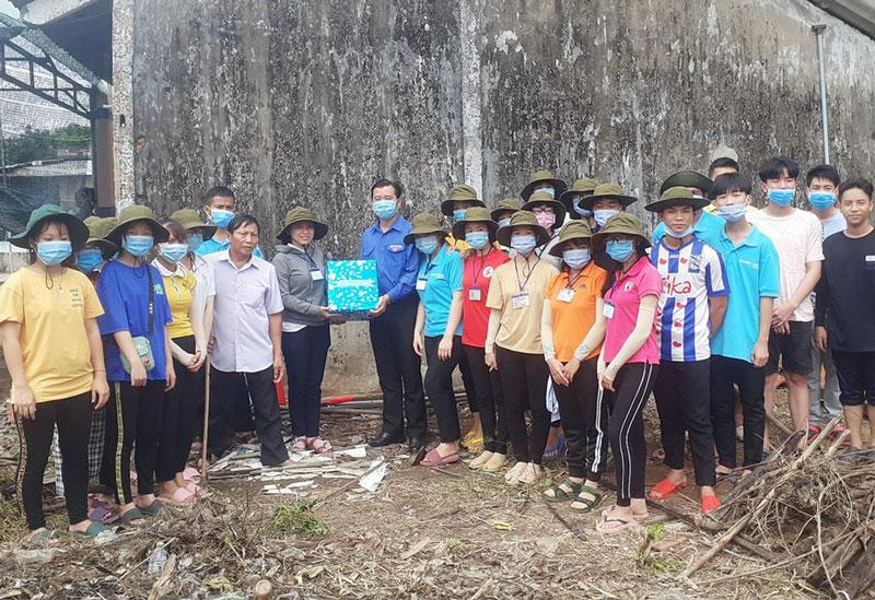 Đồng chí Võ Tuấn Thông tặng quà động viên các chiến sĩ tại điểm thực hiện công trình. Ảnh: Lộc Phạm