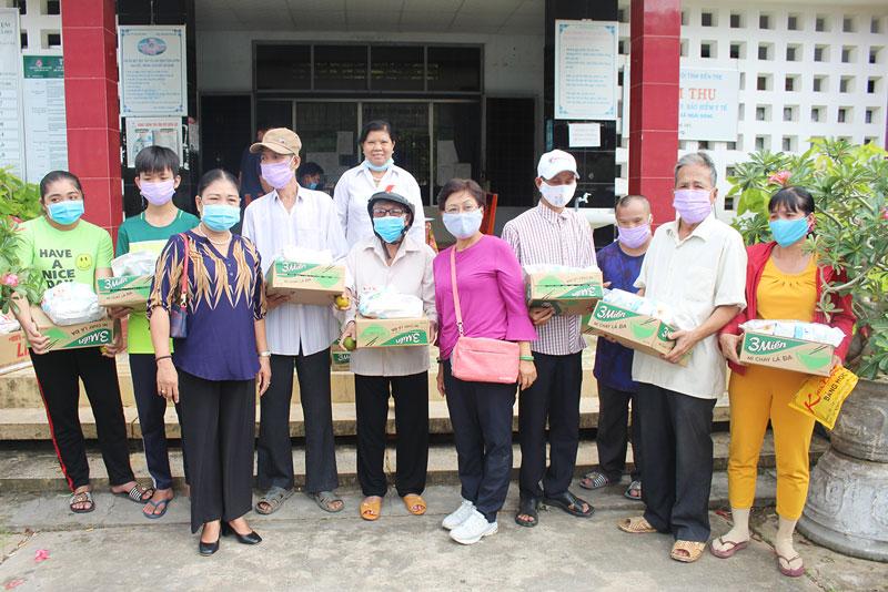 Tặng quà cho NNCĐDC/dioxin huyện Mỏ Cày Nam, tỉnh Bến Tre. Ảnh: Văn Tòng
