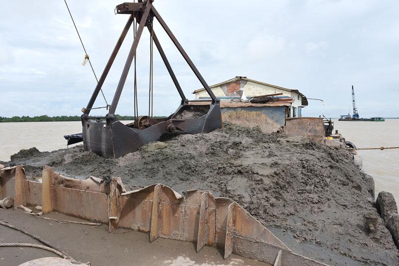 Phương tiện và số cát khai thác trái phép của các đối tượng.