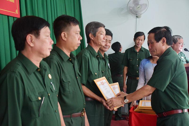 Phó chủ tịch Hội Cựu chiến binh tỉnh Bùi Thanh Khởi trao bằng khen cho các cựu chiến binh tiêu biểu.