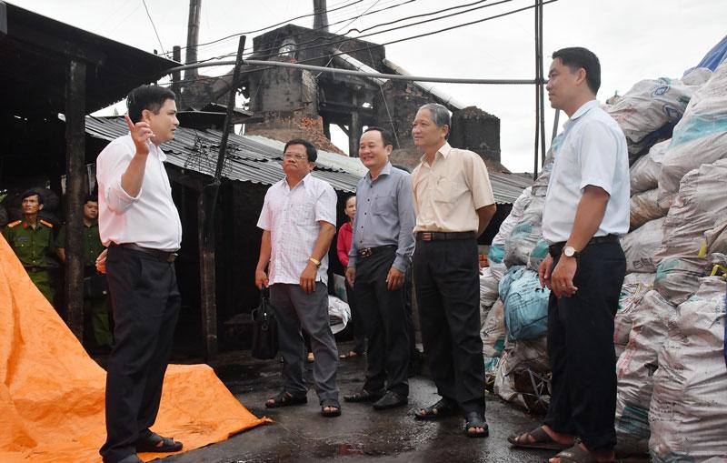 Đoàn công tác Ban Kinh tế - Ngân sách HĐND tỉnh khảo sát đánh giá hiện trạng các lò than thiêu kết tại Cồn Linh, xã Thạnh Phú Đông.