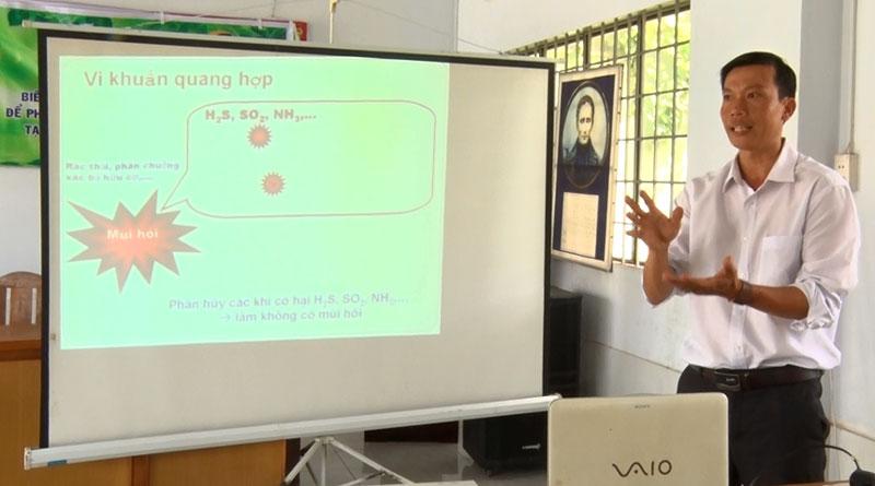 Ông Nguyễn Ngọc Thạch - đại diện Trung tâm Ứng dụng khoa học và công nghệ bổ biến kỹ thuật, qui trình ủ phân hữu cơ.