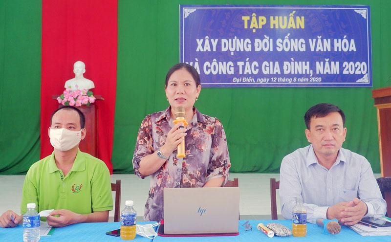 Phó giám đốc Sở Văn hóa, Thể thao và Du lịch Trần Thị Kiều Tôn trao đổi với đại biểu.
