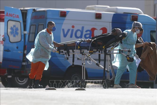 Nhân viên y tế chuyển bệnh nhân mắc COVID-19 từ xe cứu thương vào một bệnh viện ở Brasilia, Brazil ngày 3-8. Ảnh: THX/TTXVN