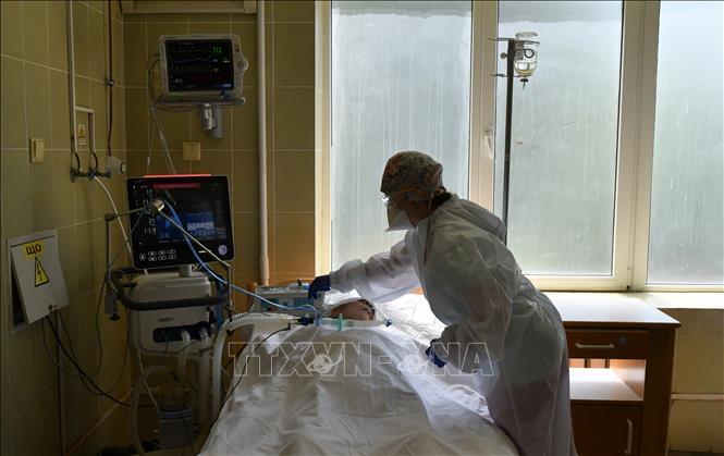 Nhân viên y tế điều trị cho bệnh nhân mắc COVID-19 tại một bệnh viện ở Lviv, Ukraine ngày 30-6. Ảnh: AFP/TTXVN