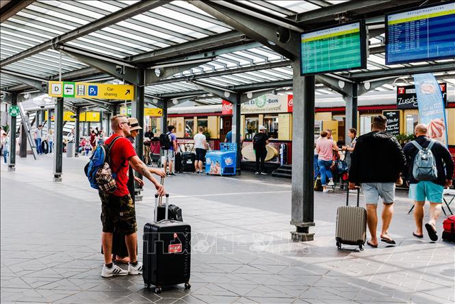 Hành khách tại sân bay Tegel ở thủ đô Berlin, Đức, ngày 25-7. Ảnh: THX/TTXVN