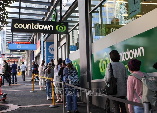 Người dân xếp hàng bên ngoài một siêu thị ở Auckland, New Zealand ngày 12-8. Ảnh: THX/TTXVN