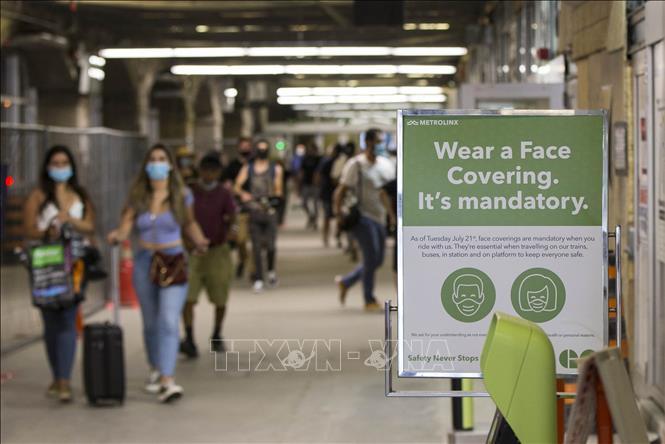 Biển yêu cầu người dân đeo khẩu trang phòng lây nhiễm COVID-10 tại nhà ga ở Toronto, Canada, ngày 21-7. Ảnh: THX/TTXVN