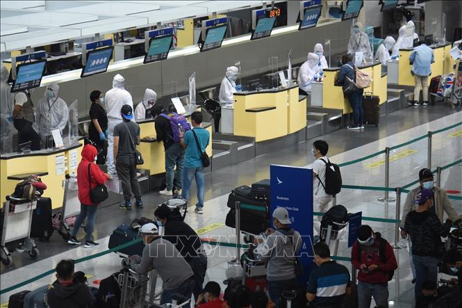 Nhân viên hàng không mặc trang phục bảo hộ phòng lây nhiễm COVID-19 khi làm việc tại sân bay ở Manila, Philippines ngày 4-8. Ảnh: AFP/TTXVN