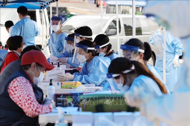Một điểm lấy mẫu xét nghiệm COVID-19 tại chợ Namdaemun ở thủ đô Seoul, Hàn Quốc ngày 10-8. Ảnh: Yonhap/TTXVN