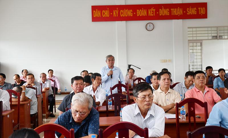 Cử tri phường Phú Tân, TP. Bến Tre phát biểu ý kiến tại cuộc tiếp xúc cử tri của đại biểu HĐND tỉnh. Ảnh: H. Hiệp