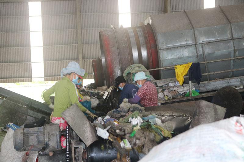Hoạt động phân loại rác tại nhà máy xử lý rác tỉnh