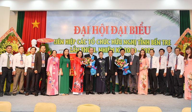 Lãnh đạo trao hoa và chụp ảnh với Ban Chấp hành mới.