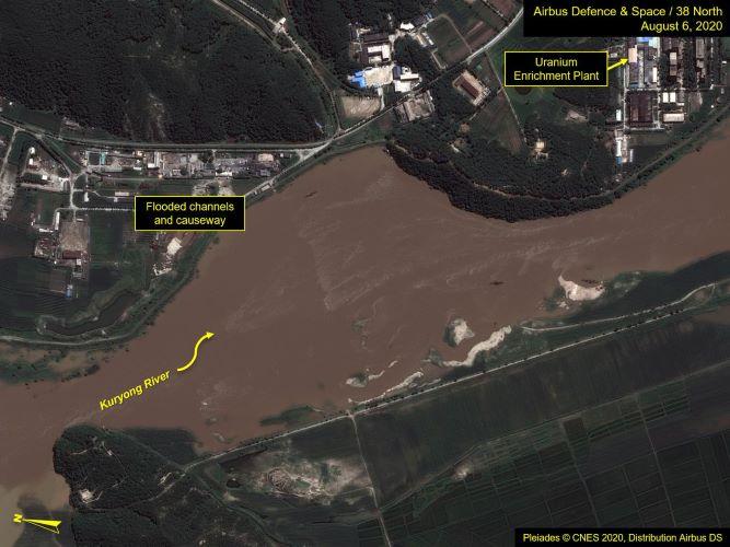 Ảnh vệ tinh hôm 6-8-2020 cho thấy nước sông Kuryong dâng sát hai trạm bơm cấp nước làm mát cho các lò phản ứng hạt nhân. Ảnh: CNES