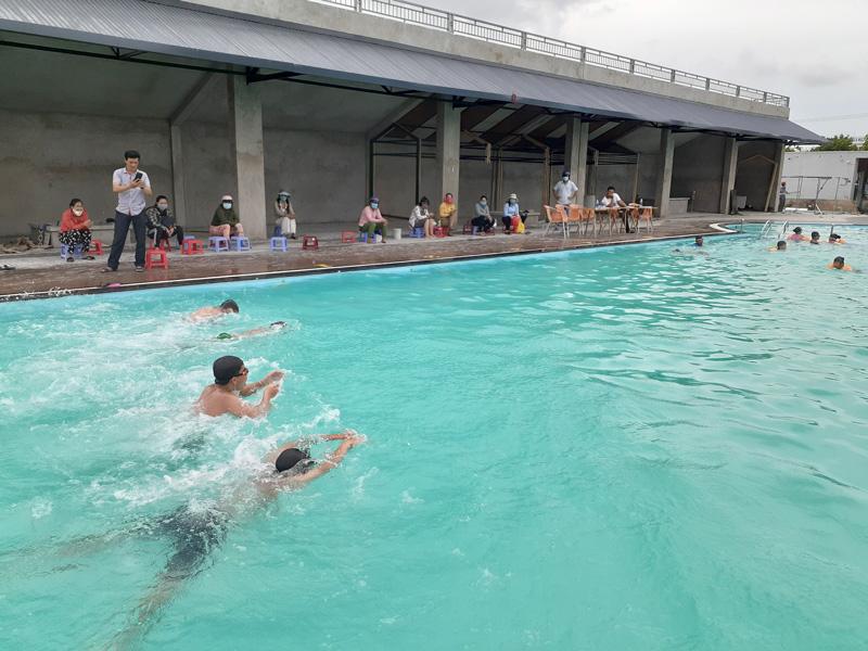 Các em học sinh được kiểm tra kỹ năng bơi. Ảnh: Minh Nhân.