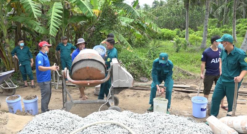Các lực lượng tham gia hỗ trợ bê tông lộ. Ảnh: Nguyễn Hiệp.