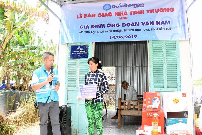 Câu lạc bộ Doanh nhân Sài Gòn trao nhà tình thương cho hộ nghèo tại huyện Bình Đại. Ảnh: Cẩm Trúc