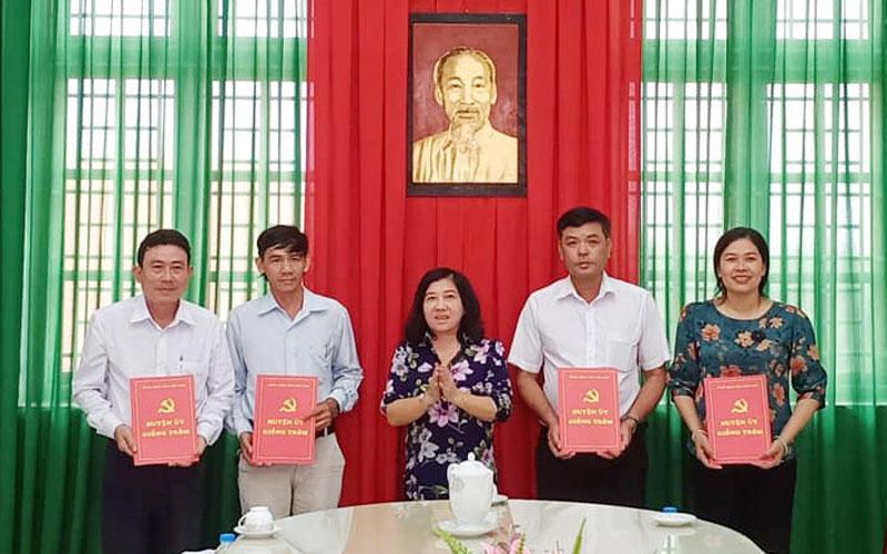 Phó bí thư Thường trực Huyện ủy Giồng Trôm Nguyễn Thị Thu Phượng trao quyết định điều động, bổ nhiệm công chức lãnh đạo. Ảnh: PV