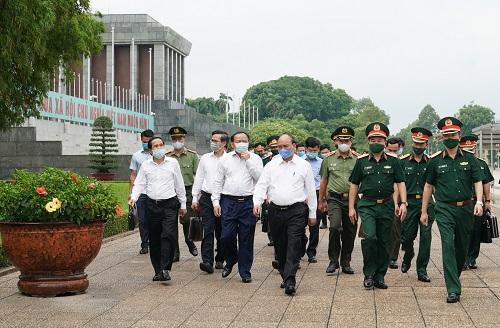 Thủ tướng kiểm tra việc tu bổ định kỳ Lăng Chủ tịch Hồ Chí Minh - Ảnh: VGP/Quang Hiếu