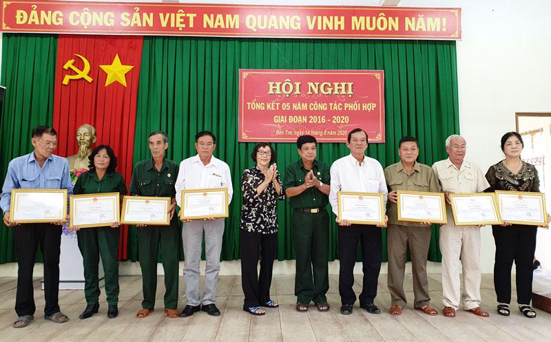 Các cá nhân tiêu biểu được nhận Bằng khen của UBND tỉnh.