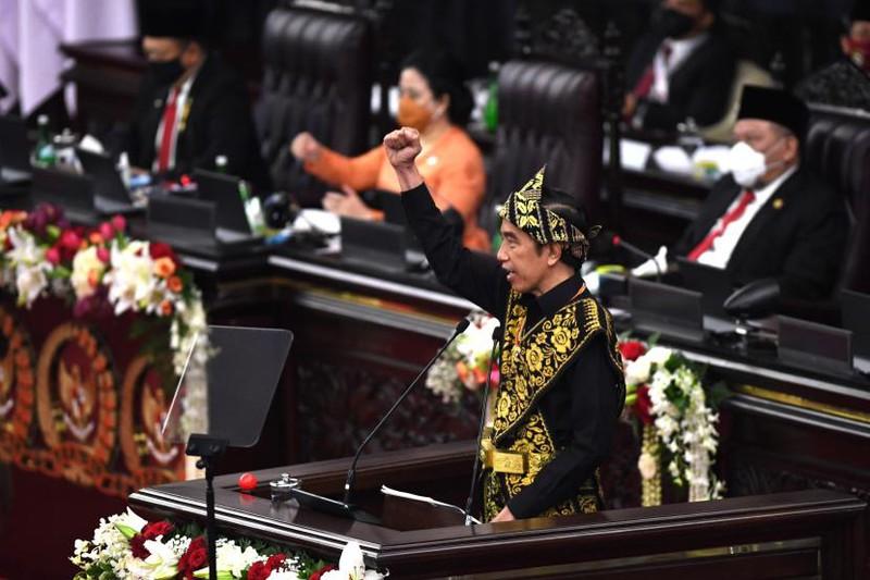 Tổng thống Indonesia trong trang phục truyền thống dân tộc Subu tại hội nghị (Nguồn : Republika)