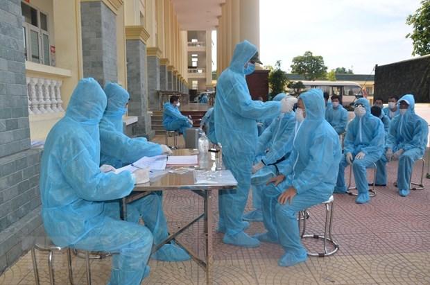 Các cán bộ, chiến sĩ Trường Quân sự Bộ Tư lệnh Thủ đô Hà Nội thực hiện các công tác y tế đối với công dân đang thực hiện cách ly. Ảnh: Nguyễn Cúc/TTXVN phát