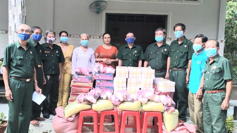 Cán bộ Hội CCB xã Tiên Thủy nhận tập vỡ, quà tặng của nhà tài trợ cho học sinh.