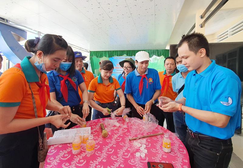 Giáo viên tổng phụ trách đội thực hành làm gạch sinh thái từ rác nhựa.