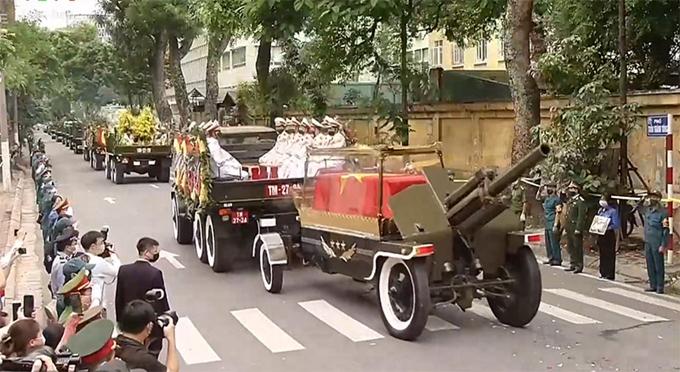 Linh xa đưa linh cữu nguyên Tổng Bí thư Lê Khả Phiêu rời Nhà Tang lễ Quốc gia - số 5 Trần Thánh Tông (Hà Nội) về nơi an táng tại Nghĩa trang Mai Dịch, Hà Nội.