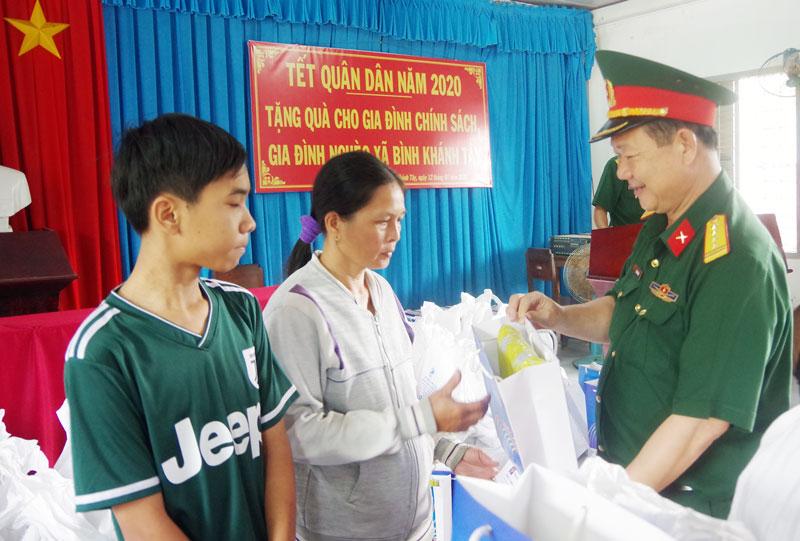 Tặng quà gia đình chính sách trên địa bàn huyện Mỏ Cày Bắc nhân dịp Tết quân dân năm 2020. Ảnh: Đặng Thạch