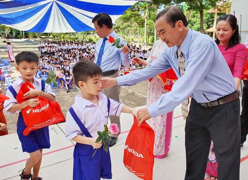 Các thầy cô Ban giám hiệu Trường Phổ thông Hermann Gmeiner đón và tặng quà cho học sinh lớp 1. Ảnh: Thanh Đồng