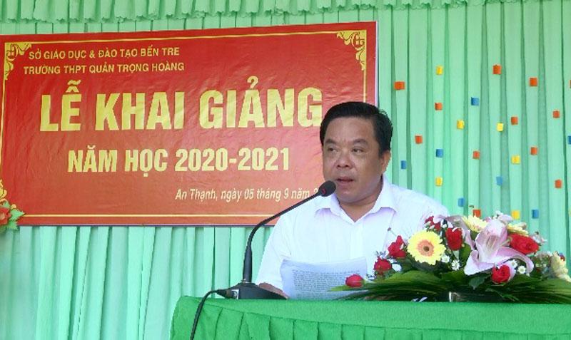 Phó bí thư Thường trực Huyện ủy Nguyễn Văn Nhạn đọc thư chúc mừng năm học mới. Ảnh: Ngọc Vũ
