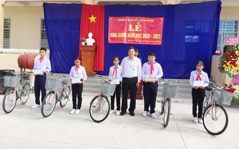 Phó chủ tịch UBND tỉnh Nguyễn Hữu Lập trao xe đạp, học bổng, quà cho học sinh nghèo của trường. Ảnh: Thanh Hương