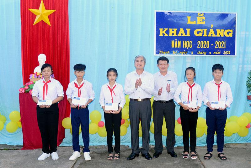 Phó chủ tịch UBND tỉnh Nguyễn Văn Đức trao học bổng cho học sinh nghèo vượt khó học giỏi. Ảnh: Sơn Tùng