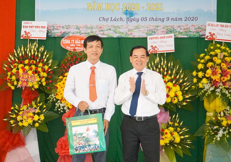 Phó bí thư Thường trực Tỉnh ủy Trần Ngọc Tam trao tặng phần quà cho trường chào mừng năm học mới đầu tiên của trường.Ảnh: Ánh Nguyệt