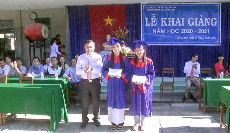 Phó bí thư Thường trực Huyện ủy Lê Văn Tùng trao thưởng các thủ khoa. Ảnh: Ngọc Lãm