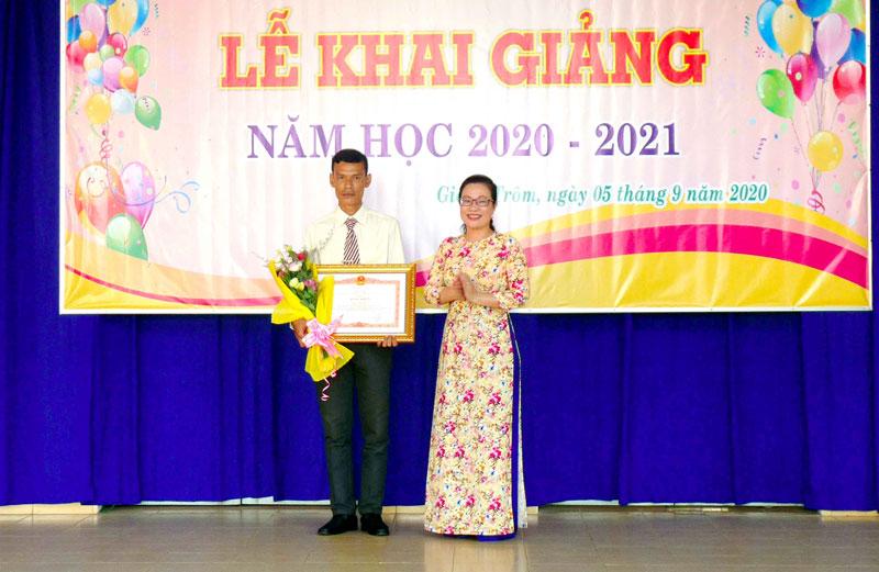 Bí thư Huyện uỷ Nguyễn Trúc Hạnh trao Bằng khen của Thủ Tướng Chính Phủ. Ảnh: Hoàng Minh
