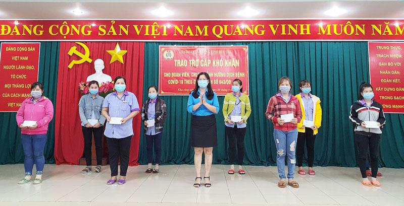 Phó chủ tịch Liên đoàn Lao động tỉnh Nguyễn Thị Kim Dung trao hỗ trợ cho công nhân lao động.
