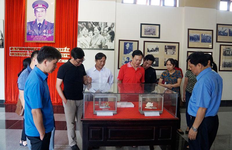 Khách đến tham quan tại Phòng trưng bày tư liệu Nữ tướng Nguyễn Thị Định.