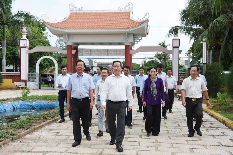 Trưởng ban Kinh tế Trung ương Nguyễn Văn Bình và Bí thư Tỉnh ủy Phan Văn Mãi thăm Khu lưu niệm Nữ tướng Nguyễn Thị Định. Ảnh: Thanh Đồng