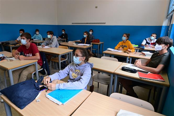 Học sinh tham gia khóa học tại một trường học ở Milan, Italy ngày 7-9-2020. Ảnh: AFP/TTXVN